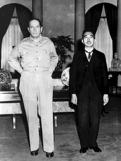 15 августа император Японии Хирохито выступил с обращением к народу, в котором заявил о невозможности дальнейшего ведения войны и объявил о капитуляции <br>На фото: генерал армии США Дуглас Макартур и император Японии Хирохито (справа)