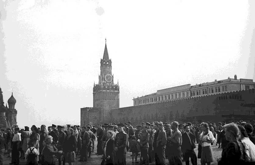 В апреле 2020 года Госдума приняла закон о переносе даты окончания Второй мировой войны со 2 на 3 сентября 1945 года <br>На фото: жители Москвы слушают выступление по радио Иосифа Сталина по поводу победы над Японией
