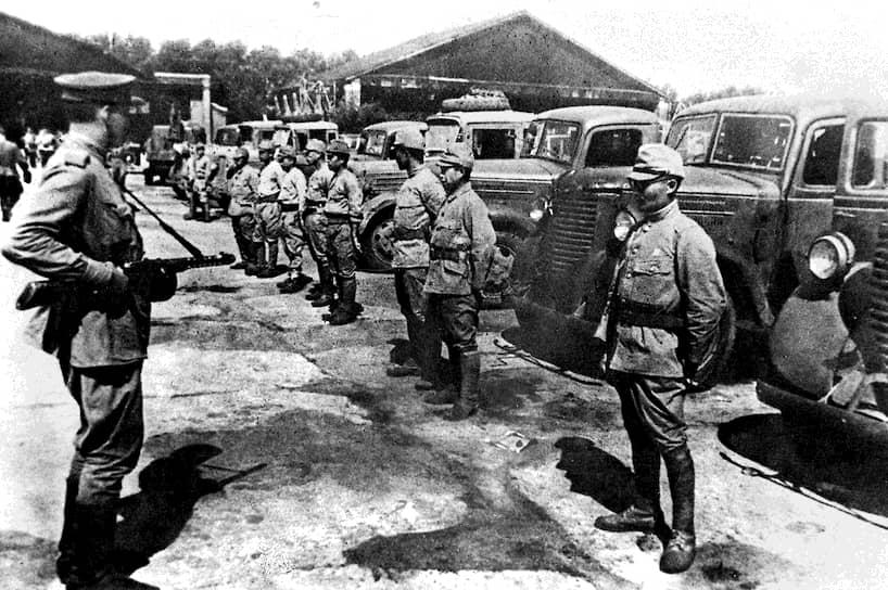 До частей Квантунской армии, противостоявших советским войскам в Маньчжурии и Китае, приказ о капитуляции дошел с опозданием
