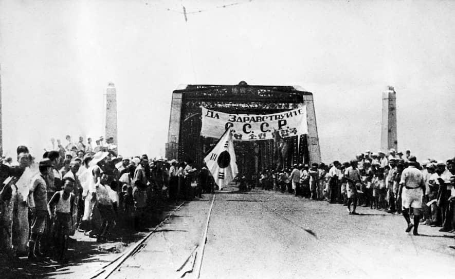 15 августа советские войска освободили от японских солдат северную часть Корейского полуострова. Эта дата отмечается как национальный праздник в КНДР и Республике Корея <br>На фото: жители Пхеньяна в ожидании прихода советских войск
