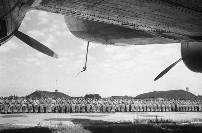 Чтобы ускорить капитуляцию японских гарнизонов и занять подконтрольные им объекты там, где продвижение сухопутных войск было недостаточно быстрым, советским командованием широко использовалась тактика высадки морских и воздушных десантов в стратегически важных пунктах