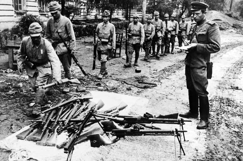 Японские солдаты складывают оружие перед советским офицером