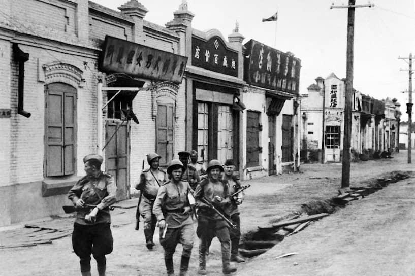 Войска Забайкальского фронта начали наступление с территории Монгольской Народной Республики, пересекли пустыню Гоби и отрезали Квантунскую армию от японских войск в северном Китае, заняв города Чанчунь и Шэньян