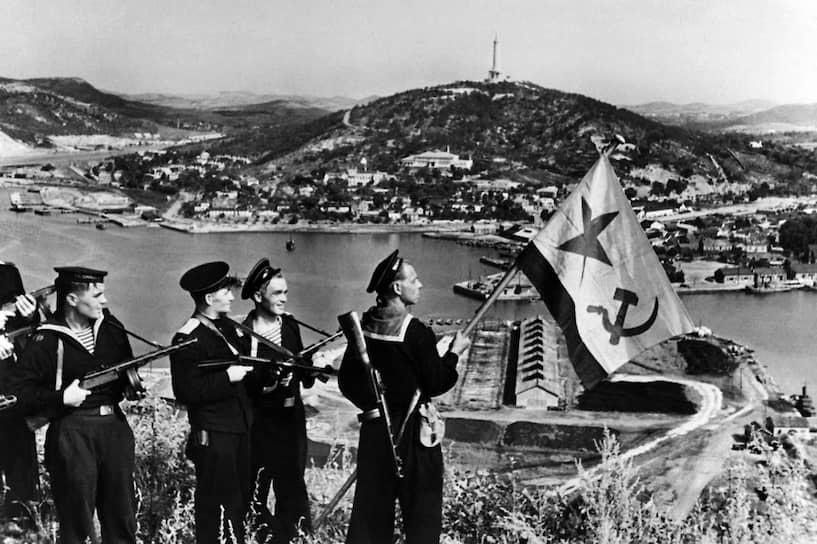 22 августа 1945 года войска Забайкальского фронта под командованием маршала Родиона Малиновского освободили от японцев китайские портовые города Далянь и Порт-Артур, расположенные на Ляодунском полуострове <br>На фото: советские моряки в Порт-Артуре