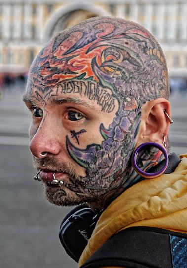 Санкт-Петербург. Мужчина с татуировками на лице и пирсингом