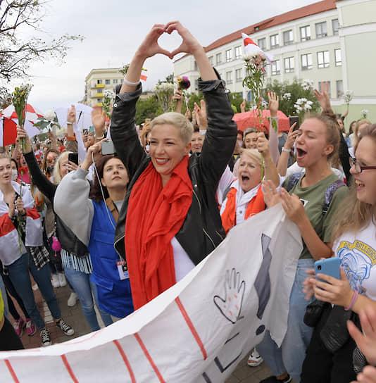 Минск, Белоруссия. Член координационного совета оппозиции Мария Колесникова (в центре) во время акции протеста