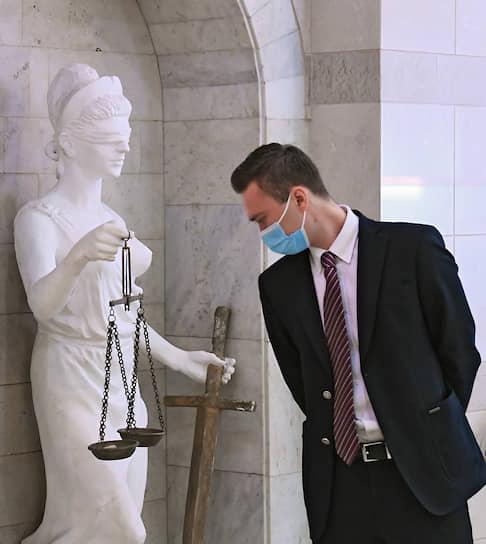 Москва. Скульптура богини правосудия Фемиды в фойе Российского государственного университета правосудия