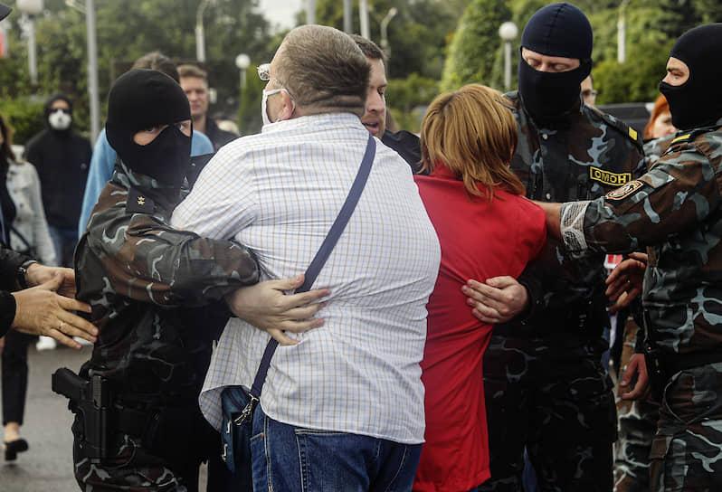Минск. Участники акции протеста и сотрудники правоохранительных органов
