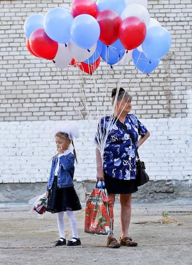 Волжский, Россия. Участницы торжественной линейки 1 сентября в школе №23