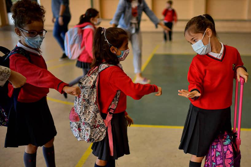Памплона, Испания. Ученики в масках заходят в школу