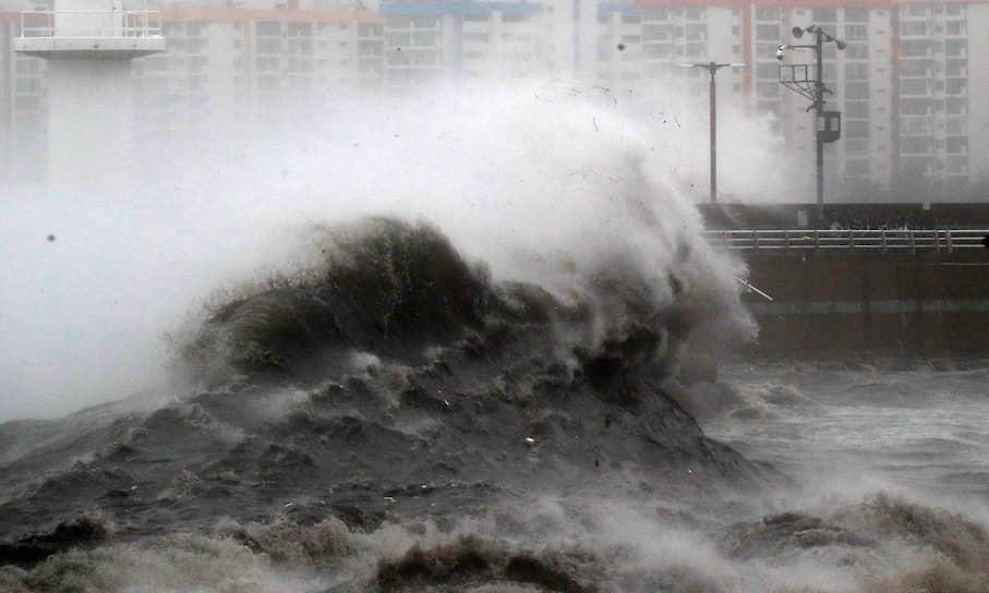 Пусан, Южная Корея. Волны, вызванные тайфуном Хайшен