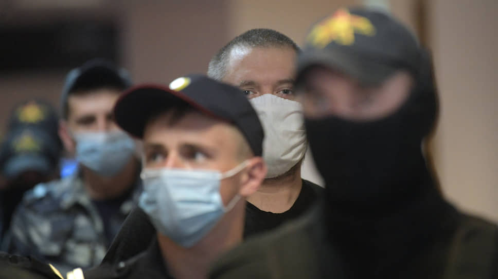 Создатель Telegram-канала и паблика «ВКонтакте» «Омбудсмен полиции» Владимир Воронцов (в центре)