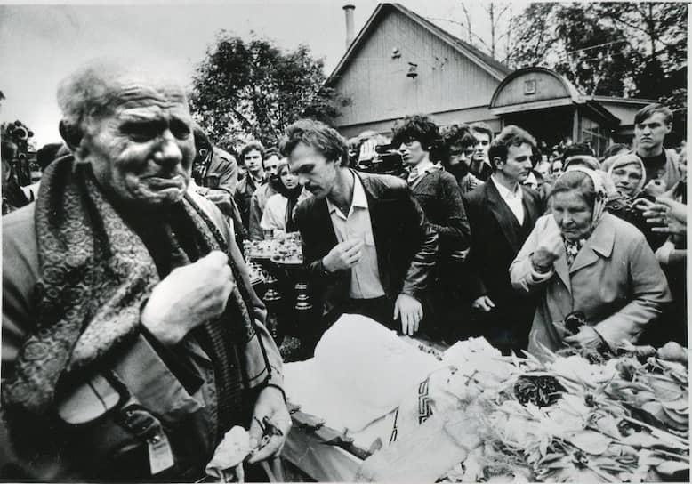 9 сентября 1990 года отец Александр Мень был убит по пути в храм на службу. Неизвестный ударил его топором по голове. Следствие подозревало местных алкоголиков, противников убитого среди церковных деятелей, националистов, религиозных фанатиков и агентов КГБ. В убийстве сознались не менее 15 человек, но единственный из них, чье дело дошло до суда, был оправдан