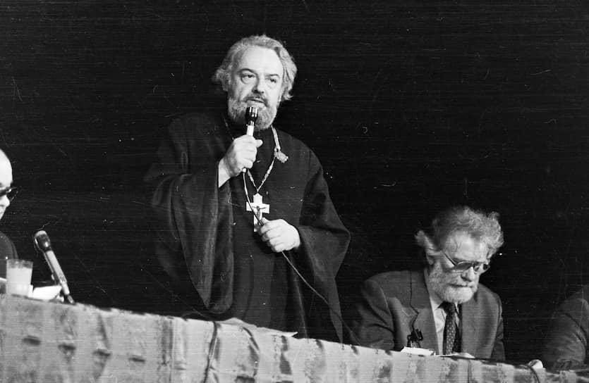 Александр Мень родился 22 января 1935 года в Москве. В возрасте 12 лет решил стать священником. Начал петь в хоре и прислуживать в алтаре в церкви на Красной Пресне. В 1960 году заочно окончил Ленинградскую духовную семинарию, а затем — Московскую духовную академию в Загорске (Сергиев Посад). Диссертацию посвятил истории дохристианских религий