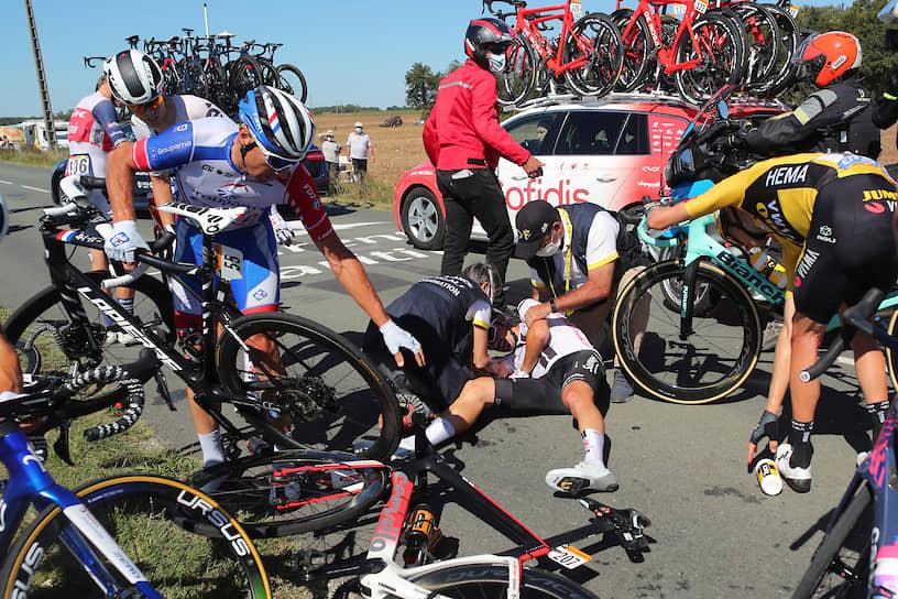 Франция. Медики оказывают первую помощь спортсмену, пострадавшему во время велогонки «Тур де Франс»