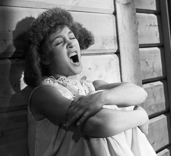 После окончания школы в 1947 году поступила в студию при Центральном детском театре. Также была студенткой Государственного института театрального искусства имени Луначарского. Румянцеву заметила актриса и педагог Ольга Пыжова, которая позвала ее с собой во ВГИК