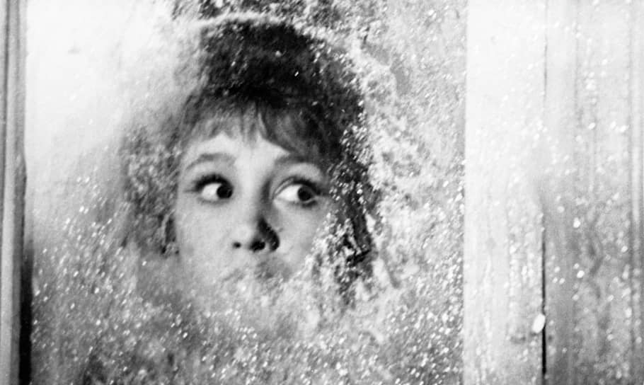 Уже в первых фильмах проявились присущие творчеству актрисы искренность, непосредственность, обаяние и темперамент. Ее героини были озорными и целеустремленными. Широкую известность принесла ей роль Тоси Кислицыной в фильме «Девчата» (на фото, 1961). Среди самых известных ее ролей — Надя Берестова в фильме «Неподдающиеся» (1959), Людмила Добрыйвечер в комедии «Королева бензоколонки» (1962), Рая Орешкина в фильме «Крепкий орешек» (1967)