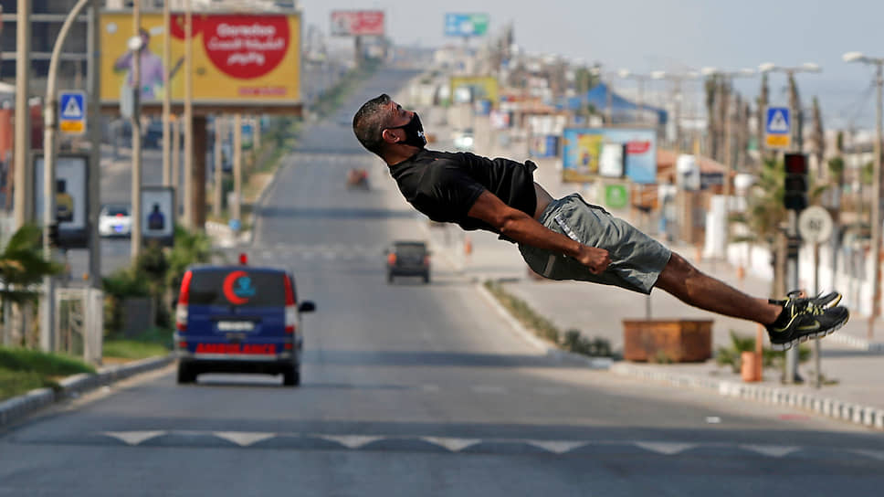 Газа, Палестина. Спортсмен демонстрирует навыки паркура
