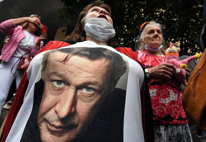 Москва, Россия. Активисты возле здания суда во время оглашения приговора актеру Михаилу Ефремову