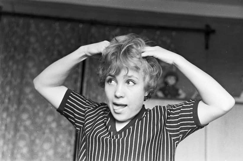 В кино Надежда Румянцева дебютировала в 1952 году в главной роли Маруси Родниковой в картине «Навстречу жизни». С 1955 года Румянцева работала артисткой Театра-студии киноактера