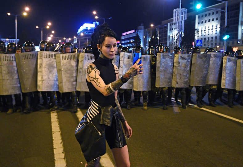 Белорусские силовики, перекрывшие улицу вечером 9 августа