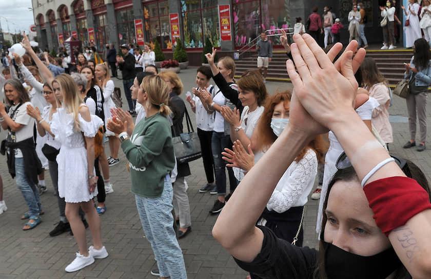 Участницы акции в поддержку задержанных и пострадавших во время протестов 9 августа
