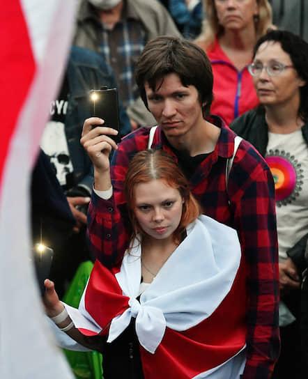 Участники акции протеста на площади Независимости в Минске 19 августа