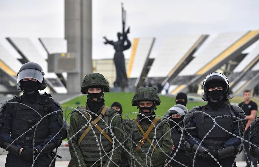 Сотрудники правоохранительных органов на фоне стелы «Минск — город-герой» 23 августа