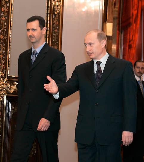 Придя к власти, Башар Асад в целом продолжил внешнеполитический курс отца, направленный на поддержку всех антиизраильских сил, включая террористические группы, что стало поводом для санкций со стороны Вашингтона. В Сирии продолжил действовать пункт материально‑технического обеспечения ВМФ России Тартус, в 2005 году российские власти списали 73% сирийского долга почти на $10 млрд<br> На фото: Башар Асад на встрече с президентом России Владимиром Путиным в Кремле в 2005 году