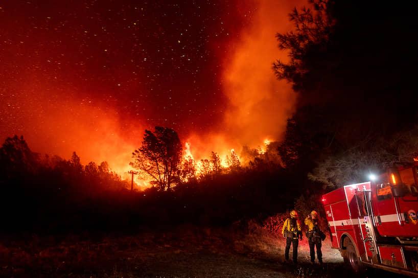Пожарные наблюдают за приближением огня в Оровилле, штат Калифорния