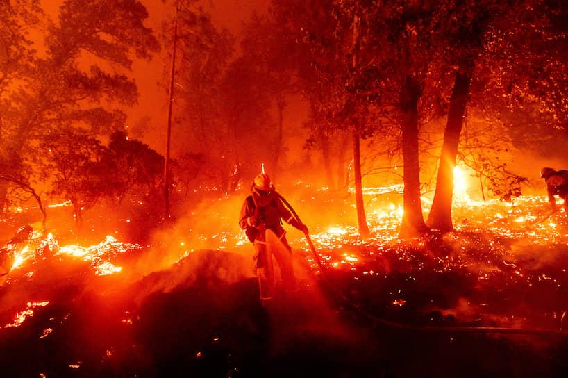 Тушение огня, который угрожает жилым домам