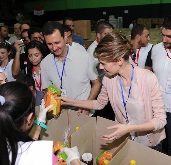 Со своей женой Асмой (на фото) Асад сблизился в начале 1990-х во время стажировки в Лондоне. Многие в Сирии расценивали брак алавита Асада с представительницей суннитского клана как желание алавитского режима сблизиться с суннитским большинством страны