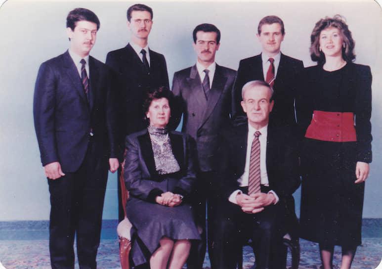 Башар Хафез аль-Асад родился 11 сентября 1965 года в Дамаске в семье генерала Хафеза Асада, в 1971 году ставшего президентом Сирии. В 1988 году Башар Асад окончил Дамасский университет, получив диплом врача-офтальмолога. В начале 1990-х стажировался в Лондоне<br> На фото: Хазеф Асад с женой Анисой (сидят) и их дети, слева направо (стоят): Махер, Башар, Басиль, Маджид, Бушра
