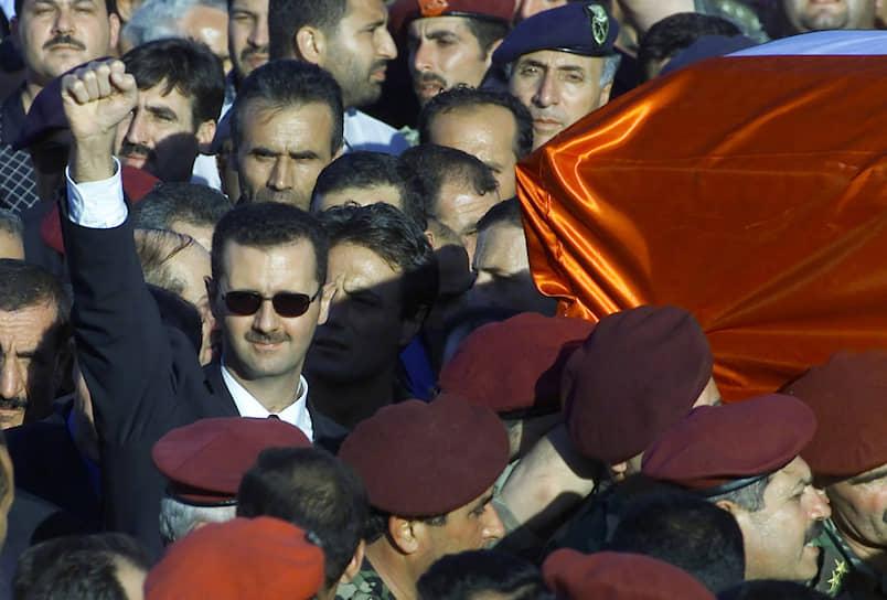 10 июля 2000 года в Сирии был проведен референдум, на котором, по официальной статистике, в пользу назначения Башара Асада президентом высказались 97% избирателей. Башар Асад стал одним из самых молодых глав государств в мире. Для этого была принята поправка к конституции, в соответствии с которой возрастной ценз кандидатов на пост президента был снижен с 40 до 34 лет<br> На фото: похороны Хафеза Асада