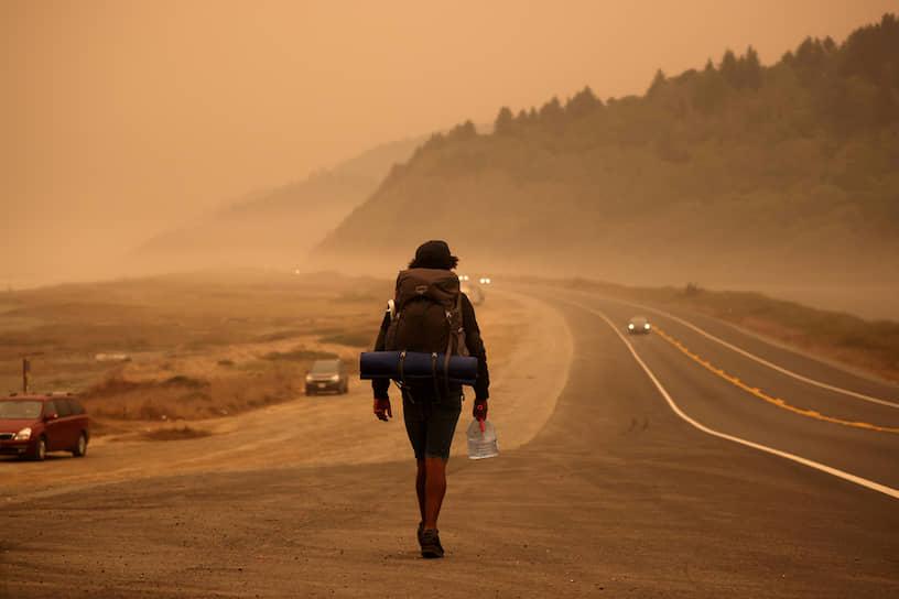 Задымленное шоссе вдоль побережья Тихого океана в Калифорнии