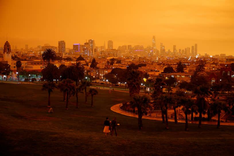 Сан-Франциско под оранжевым небом, потемневшим от дыма лесных пожаров
