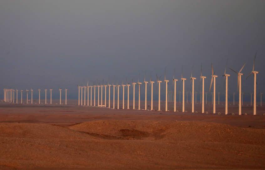 Каир, Египет. Ветряные генераторы у пригородной дороги в пустыне