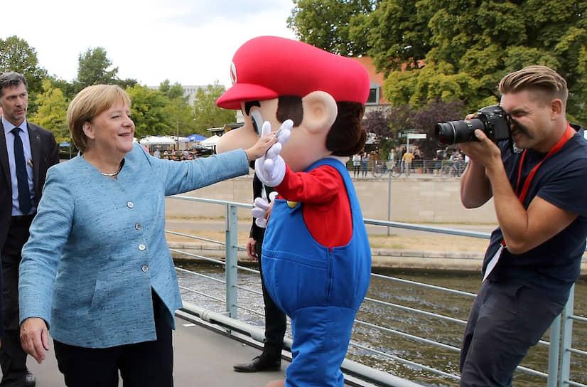 10 марта празднуется международный День Марио. В этот день Nintendo устраивает различные акции, посвященные персонажу, а также делает скидки на игры с водопроводчиком <br> На фото слева — канцлер Германии Ангела Меркель
