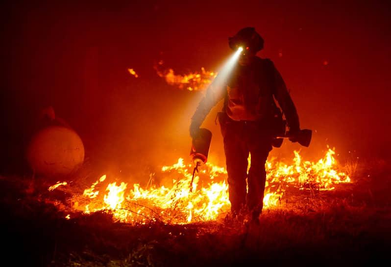 Калифорнийский пожарный борется с огнем