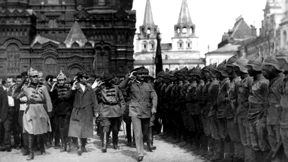 «Один серьезный военный работник,— писал Л.Д.Троцкий (на фото — в центре, принимает парад) в ЦК РКП(б),— предложил еще несколько месяцев тому назад план создания конного корпуса (30000–40000 всадников) с расчетом бросить его на Индию»