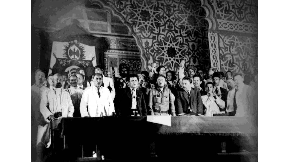«Недавний английский ультиматум,— писал Г.Е.Зиновьев (на фото — в центре, в темном пиджаке),— и все, что было связано с ним, достаточно наглядно показали, как непрочна наша передышка до тех пор, пока крупные победы пролетариата в решающих странах не изменят отношение сил на мировой арене»