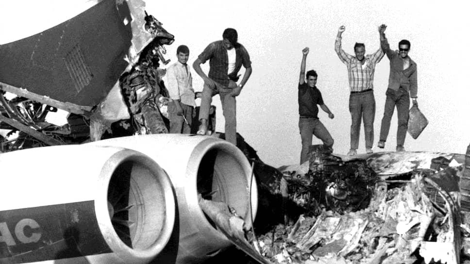Палестинские боевики на обломках взорванного лайнера компании BOAC