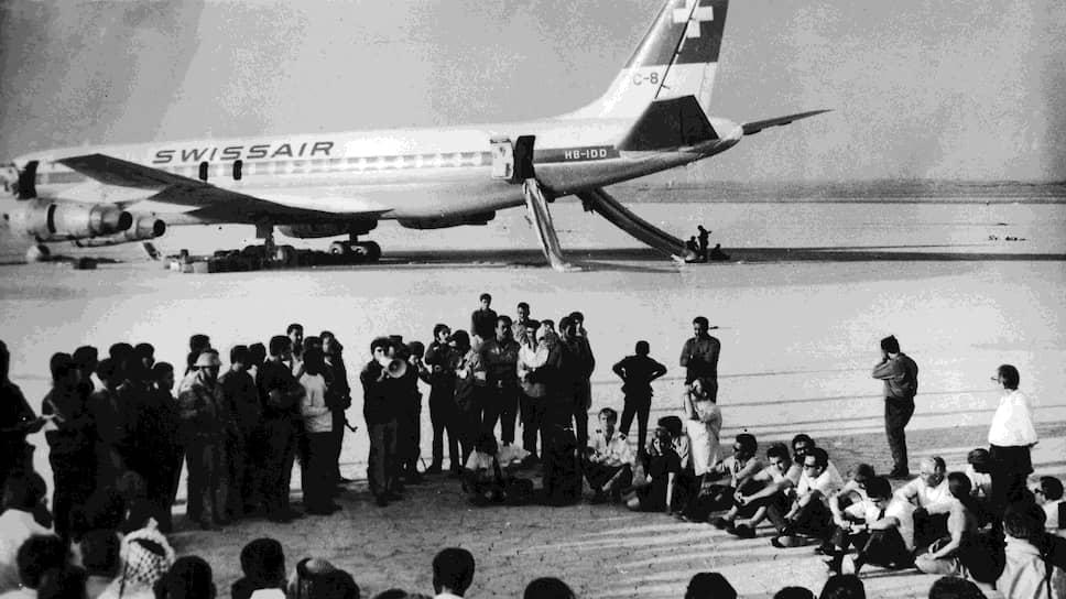 """Пресс-конференция в """"Революционном аэропорту"""" с участием заложников"""