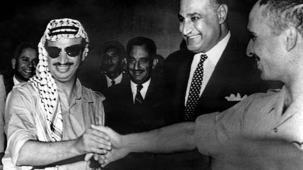 Каир. 27 сентября 1970 года. Подписано мирное соглашение. В присутстви президента Египта Гамаля Абдель Насера глава ООП Ясир Арафат пожимает руку королю Иордании Хусейну