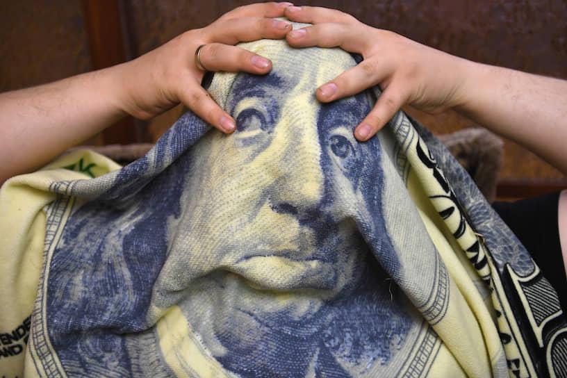 Москва. Полотенце с изображением долларовой купюры