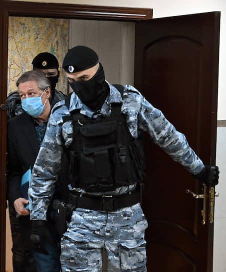 Москва. Актер Михаил Ефремов перед началом заседания суда, приговорившего его к восьми годам колонии