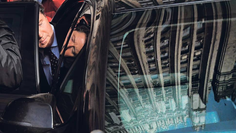 Москва, Россия. Посол Германии в России Геза Андреас фон Гайр (слева) у здания МИД, куда он был приглашен в связи с ситуацией вокруг оппозиционера Алексея Навального