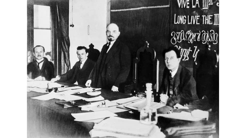 «Советское правительство,— говорилось в ноте лорда Керзона,— не может отрицать своей близкой связи, если не полного тождества, с III Интернационалом. Гг. Ленин и Троцкий состоят, например, членами Исполкома III Интернационала» (на фото — В.И.Ленин на заседании 1-го конгресса Коминтерна)