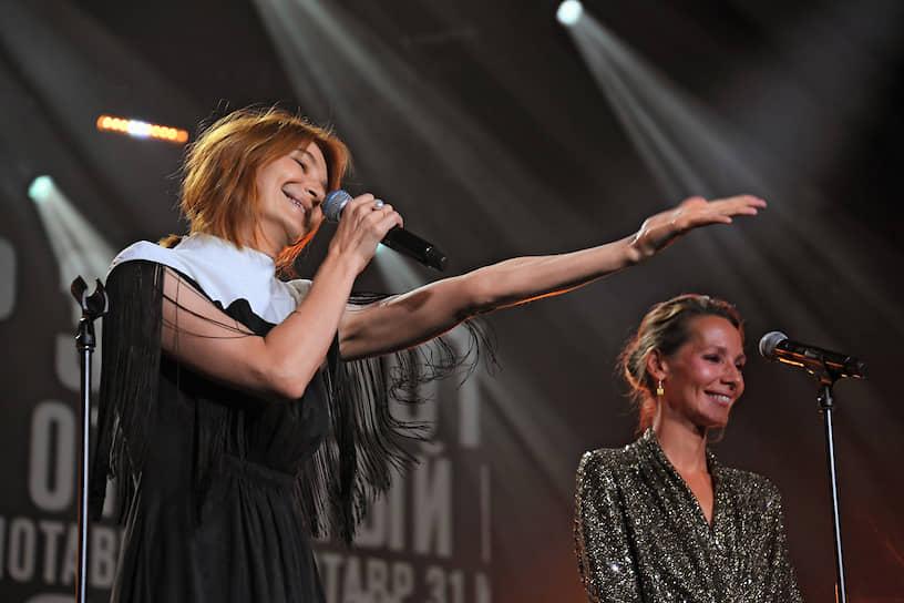 Режиссер фильма «Маша» Анастасия Пальчикова (слева), получившая приз в номинации «Лучший дебют», и член жюри кинофестиваля, телеведущая Дарья Златопольская (справа)