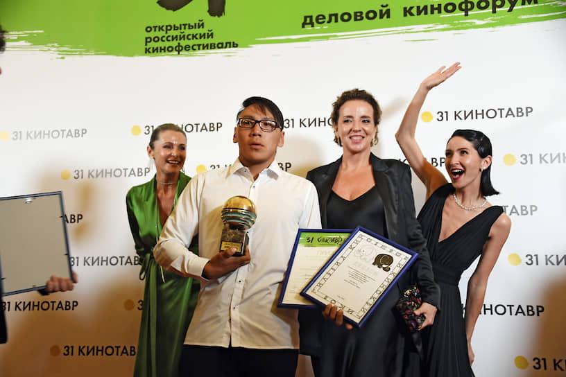 Актриса Оксана Фандера (слева), актер Владимир Онохов, получивший приз имени Олега Янковского за лучшую мужскую роль, и сценарист Нигина Сайфуллаева (справа)